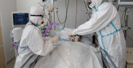 Врачи оказывают помощь пациенту в отделении реанимации. Архивное фото