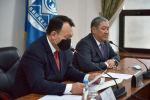 Новый исполняющий обязанности  мэра города Бишкек Бактыбек Кудайбергенов (справа) во время пресс-конференции