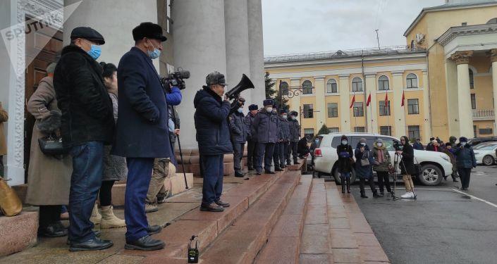 В Бишкеке у здания мэрии проходит митинг — участники недовольны назначением нового исполняющего обязанности мэра столицы Бактыбека Кудайбергенова