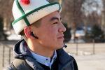 Төрт жыл мурда Афганистандын Улуу жана Кичи Памир аймагынан 33 адам Кыргызстанга көчүрүлүп келгенден соң көптөрүнүн тагдыры башка нукка бурулду. Алардын бири көзү алаңдаган, башка дүйнөгө кызыга караган, Нарын ал үчүн ири шаардай туюлган 16 жаштагы өспүрүм эле.