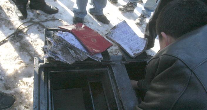 Извлечение из БЧК сейфа, которую выкинули банда взломщиков