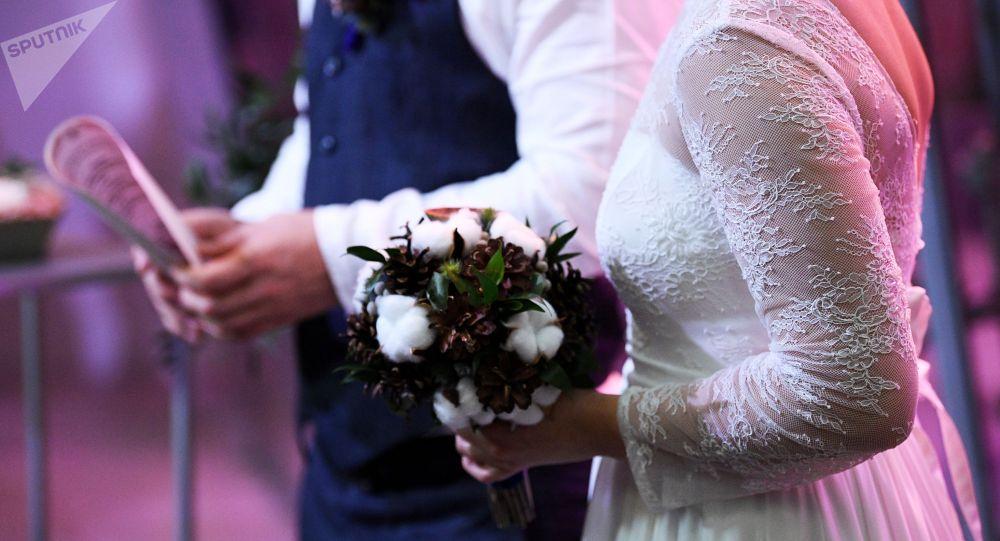 Жених с невестой во время свадьбы. Архивное фото