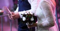 Молодожены на церемонии бракосочетания. Архивное фото