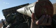 Военнослужащие заряжают реактивную артиллерийскую установку. Архивное фото