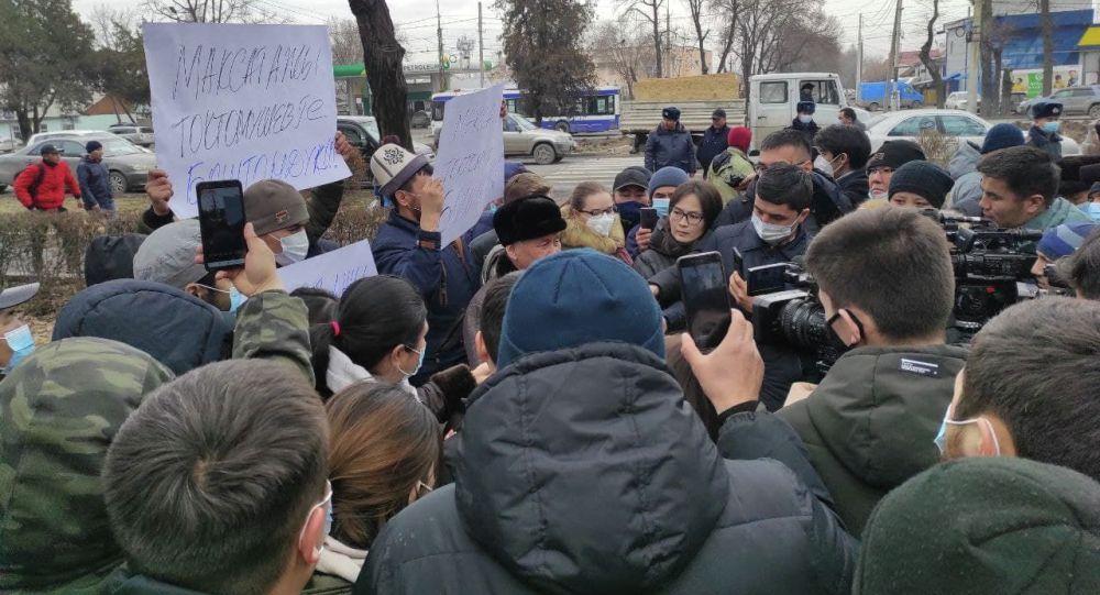 У здания ГКНБ собрались сторонники экс-муфтия Максата Токтомушева. Фото