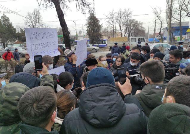 Митинг сторонников задержанного экс-муфтия Максатбека Токтомушева возле здания ГКНБ в Бишкеке