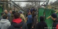 Последствия взрыва в частном доме в районе Аламединского рынка в Бишкеке