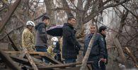 Сотрудники МЧС и милиции в частном доме в Аламединском районе Бишкека, где произошел взрыв газовой трубы