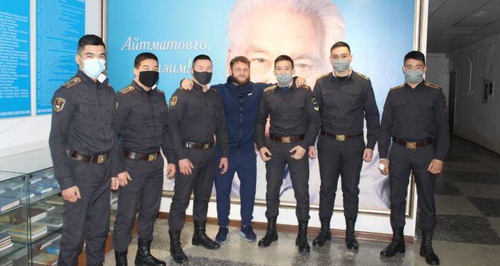 Боец UFC из Кыргызстана Рафаэль Физиев по прозвищу Атаман посетил Академию МВД имени генерал-майора Эргеша Алиева