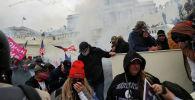 Сторонники президента США Дональда Трампа во время столкновений с полицейскими перед зданием Капитолия в Вашингтоне (США). 6 января 2021 года