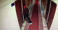 Борбордогу криминалдык милициянын кызматкерлери имараттарга кирип, уурулук кылган деп шектелген адамды кармады. Бул тууралуу Бишкек шаардык милициясынан кабарлашты.