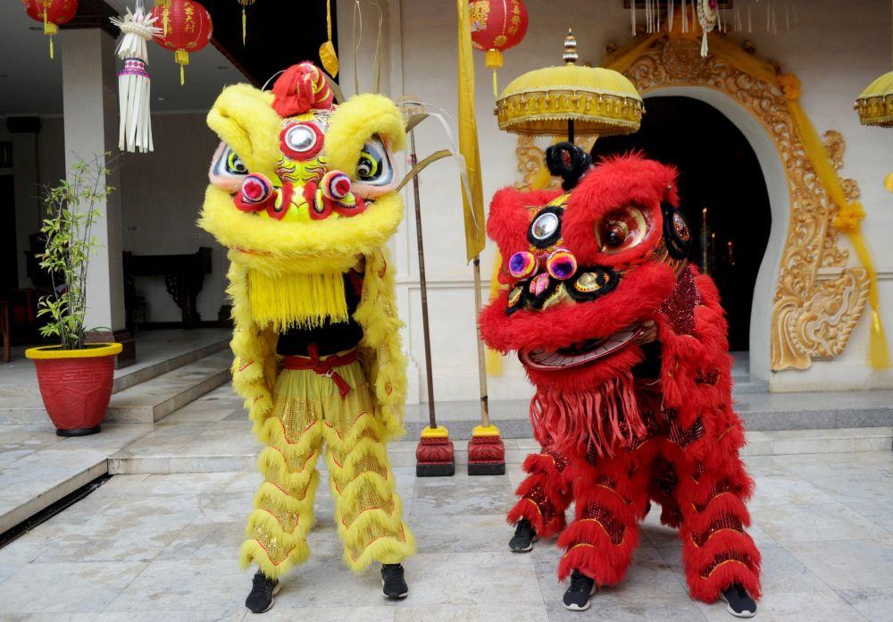 Люди в костюмах львов в китайском храме в Куте (Бали)