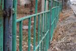 Оградительный забор одного из многоквартирных домов в Бишкеке