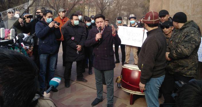 Участники митинга за Кыргызстан без коррупции в центре Бишкека. 14 февраля 2021 года