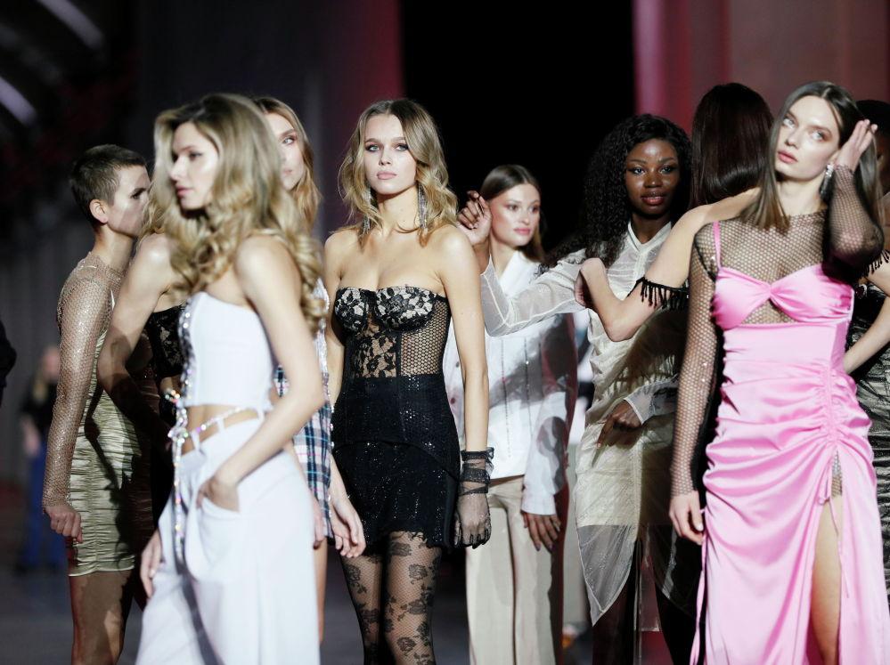 Модели за кулисами во время Украинской недели моды в Киеве. 6 февраля 2021 года