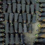 Тук-туки простаивают на стоянке в центре Бангкока, Таиланд. 3 февраля 2021 года
