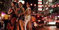 Женщины в Китайском квартале Бангкока перед празднованием лунного Нового года