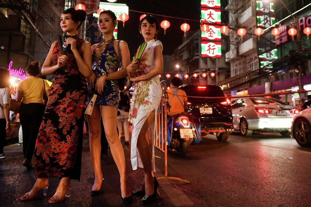 Женщины стоят на улице перед празднованием Лунного Нового года в китайском квартале в Бангкоке, Таиланд. 10 февраля 2021 года