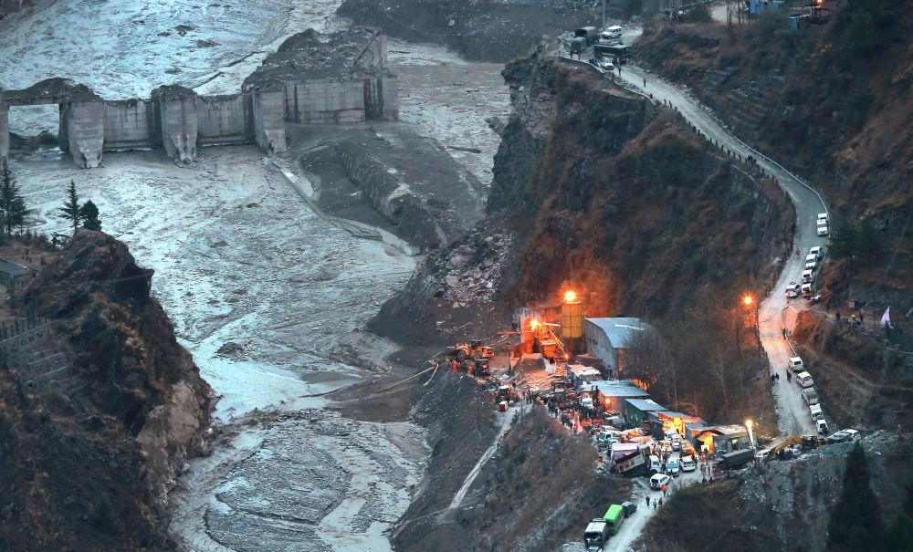 Вид с высоты на разрушенную при обрушении ледника платину в индийском штате Уттаракханд