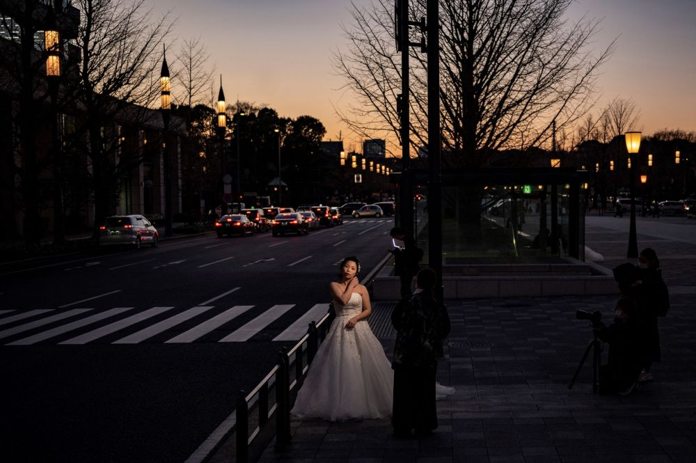 Девушка готовится к свадебной фотосессии в Токио. 9 февраля 2021 года
