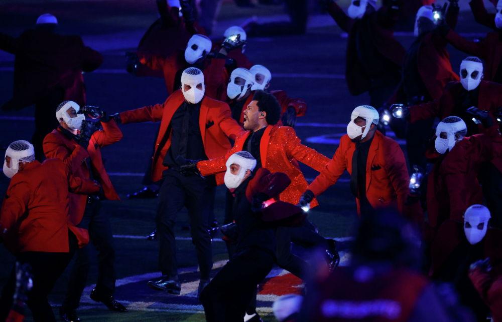 Американский певец Weeknd выступает во время перерыва ежегодной решающей игры Национальной футбольной лиги. 7 февраля 2021 года