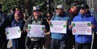 Возле дома правительства митингуют две группы людей, всего собралось около 80 человек