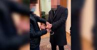 Пресс-служба ГКНБ распространила видео задержания председателя правления ОАО Кыргызалтын. Действие происходит в рабочем кабинете.