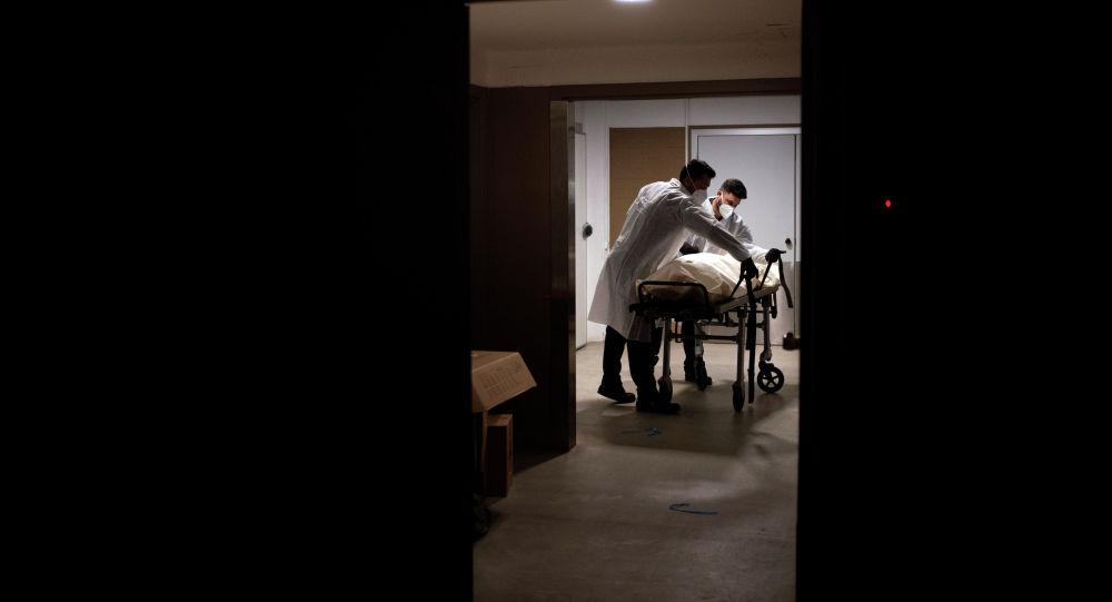 Работники морга переносят тело человека. Архивное фото