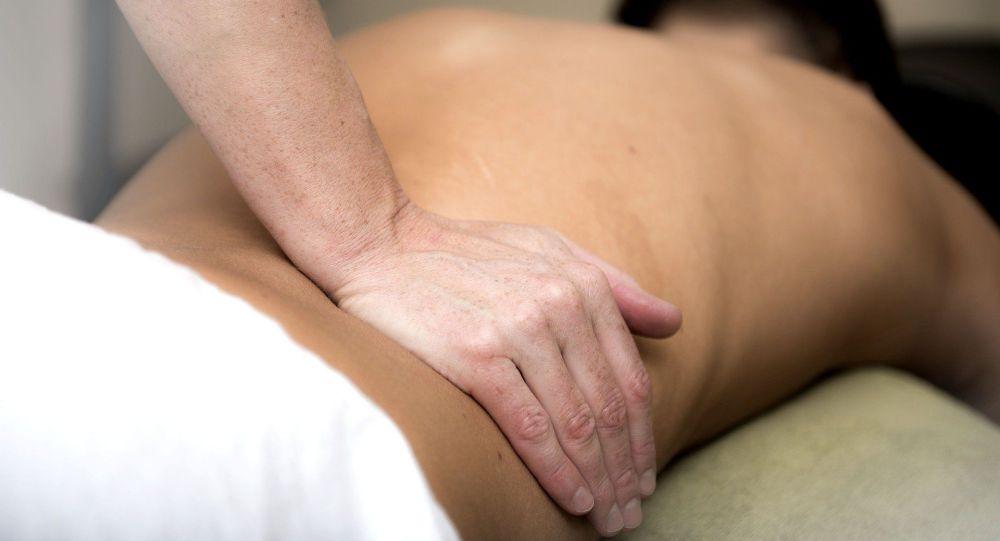 Проработка спины во время массажа. Архивное фото