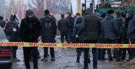 Сотрудники милиции на месте взрыва газа в частом доме в Аламединском районе Бишкека
