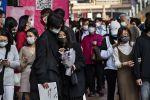 Молодые люди на одной из улиц Гонконга. Архивное фото