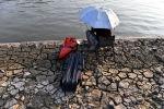 Мужчина рыбачит на берегу реки Янцзы в Китае. Архивное фото