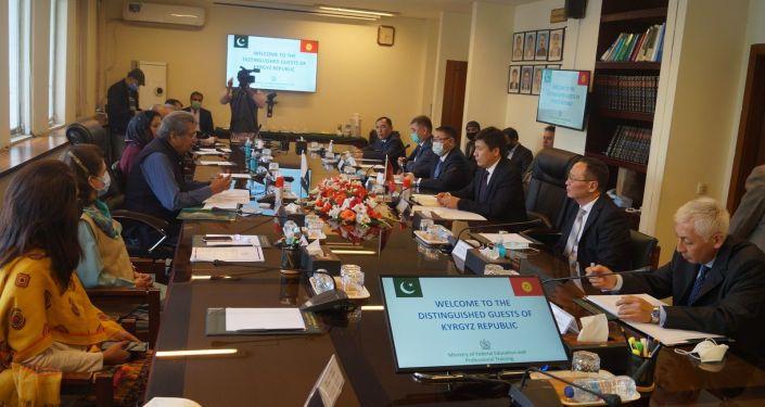 В ходе рабочего визита Министра образования и науки КР Алмазбека Бейшеналиева в Пакистан, состоялись его встречи с Министром образования и профессионально-технического обучения Шафкат Махмудом и Председателем Комиссии по высшему образованию Тарик Банури