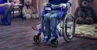 Мальчик в инвалидной коляске. Архивное фото