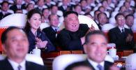 Лидер Северной Кореи Ким Чен Ын и его жена Ри Соль Джу смотрят представление, посвященное Дню Сияющей звезды, годовщине со дня рождения покойного лидера Ким Чен Ира в Художественном театре Мансудэ в Пхеньяне, Северная Корея. 17 февраля 2021 года