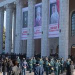 Церемония прощания с народной артисткой КР Жамал Сейдакматовой у здания Кыргызского национального академического театре оперы и балета в Бишкеке