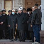 Драматург Бексултан Джакиев во время церемонии прощания с народной артисткой КР Жамал Сейдакматовой в Бишкеке