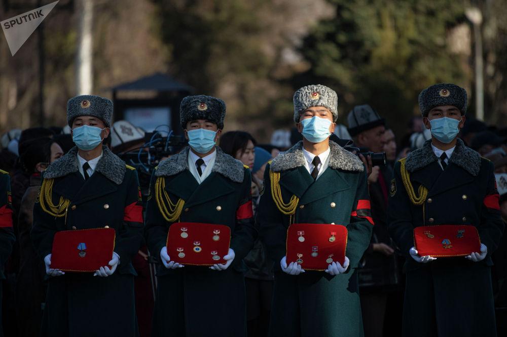 Солдаты национальной гвардии на церемонии прощания с народной артисткой КР Жамал Сейдакматовой в Бишкеке