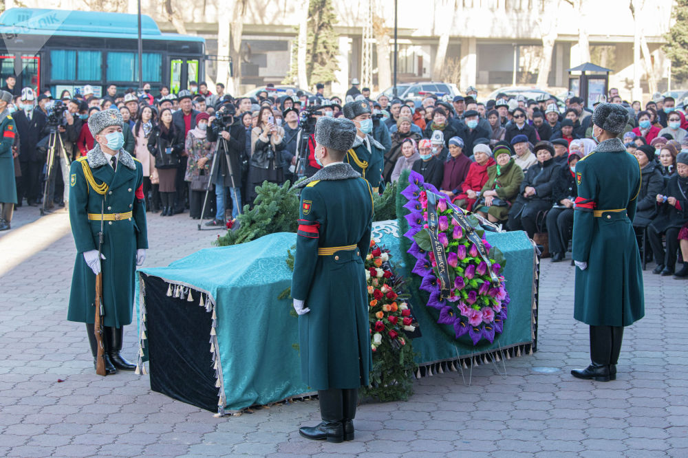 Солдаты национальной гвардии возле гроба народной артисткой КР Жамал Сейдакматовой на церемонии прощания в Бишкеке