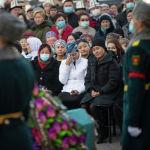 Люди пришедшие на церемонию прощания с народной артисткой КР Жамал Сейдакматовой в Бишкеке