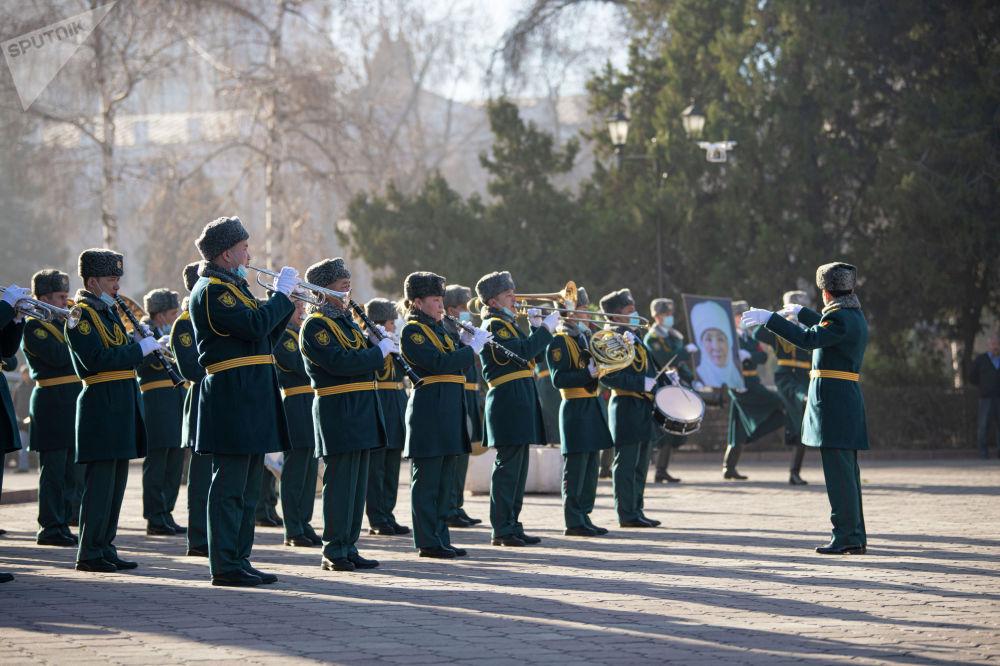 Оркестр национальной гвардии играет во время церемонии прощания с народной артисткой КР Жамал Сейдакматовой в Бишкеке