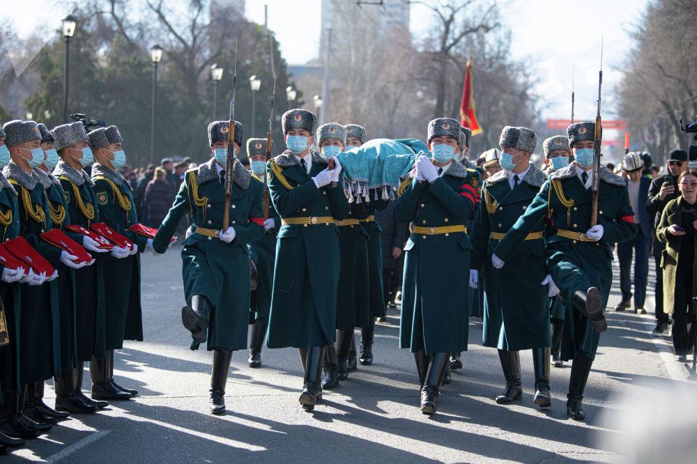 Солдаты национальной гвардии несут тело народной артистки КР Жамал Сейдакматовой на церемонии прощания в Бишкеке