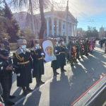 Солдаты национальной гвардии держат портрет народной артисткой КР Жамал Сейдакматовой на церемонии прощания у здания Кыргызского национального академического театре оперы и балета