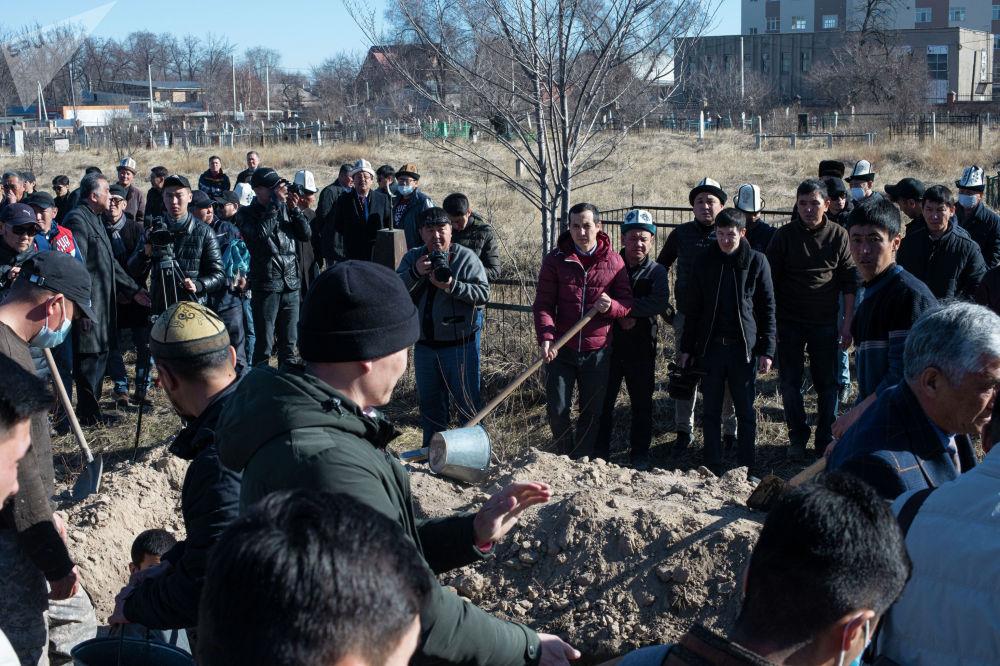 Народную артистку КР Жамал Сейдакматову похоронили на Ала-Арчинском кладбище в Бишкеке