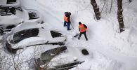Дворники расчищают снег в микрорайоне города. Архивное фото