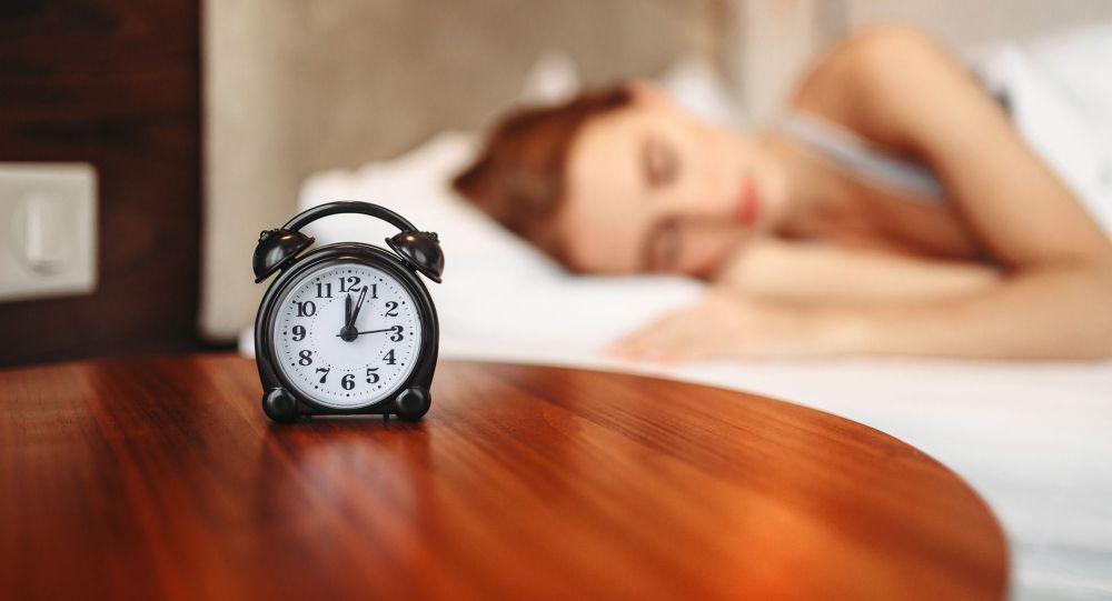 Спящая девушка. Иллюстративное фото