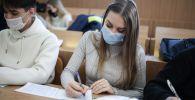 Студенты во время обучения в университете