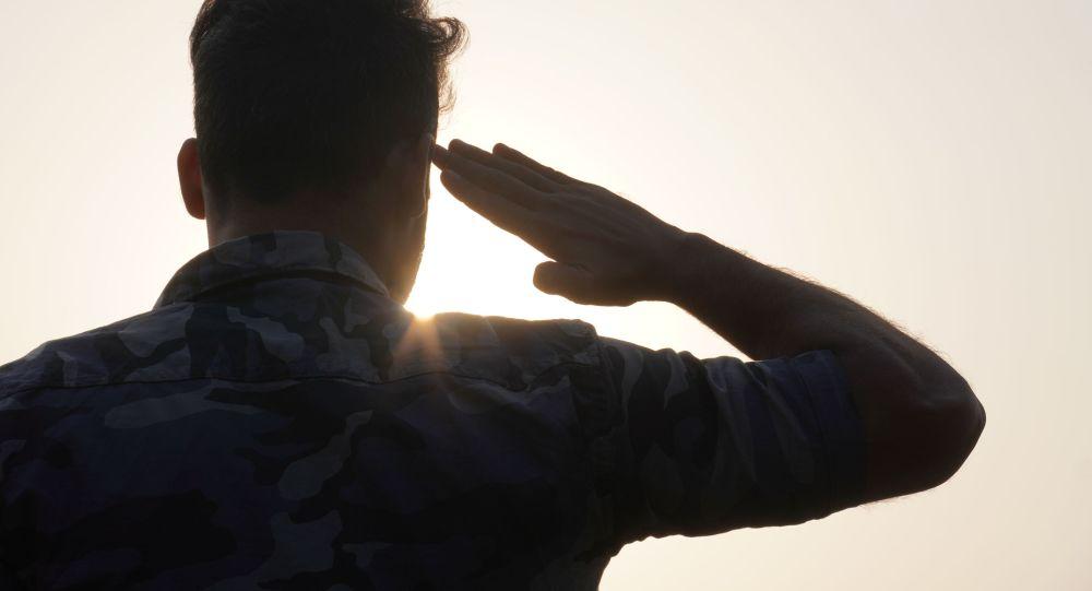 Военный на службе отдает честь. Архивное фото