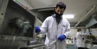 Ученые во время работы в лаборатории. Архивное фото