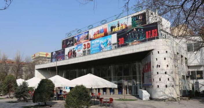 По мнению руководства городской архитектуры, в последнее время фасады зданий превратились в плоскости для анонсирования кинопремьер, а в некоторых случаях переходятся разумные границы — все залеплено рекламой настолько, что за баннерами практически не видно зданий